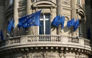Barok Bina Balkonunda Avrupa Birliği Bayrakları