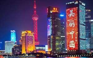 Şangay'da tv kulesi ve diğer gökdelenlerin gece görünümü
